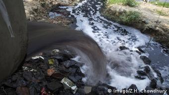 Μολυσμένο ποτάμι από εργοστάσιο κλωστοϋφαντουργίας