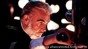Sean Connery in einer Szene des Films Jagd auf Roter Oktober, er schaut durch das Teleskop eines U-Bootes (Foto: picture alliance/United Archives/IFTN)