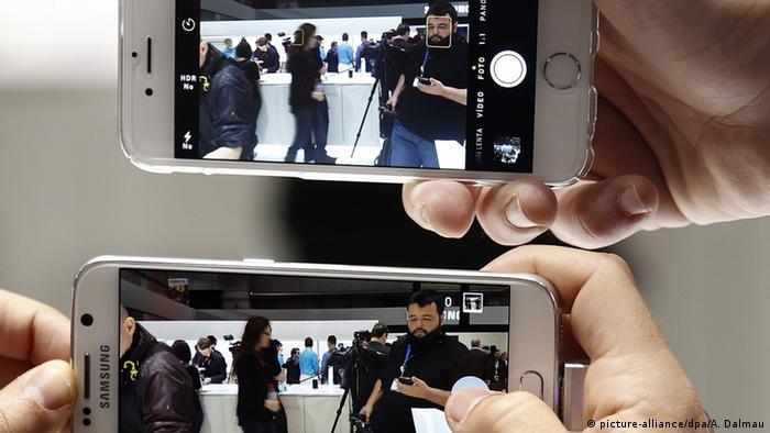 Vergleich Samsung Galaxy 6 und Iphone (picture-alliance/dpa/A. Dalmau)