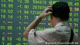 China Börsen rutschen weiter ab (picture-alliance/dpa/W. Wei)
