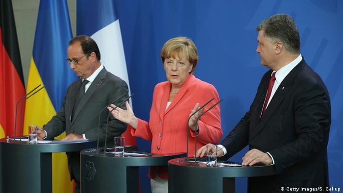 Петро Порошенко (п), Анґела Меркель (ц) та Франсуа Олланд (л) під час прес-конференції в Берліні