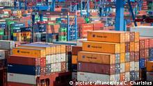 ***Bild des Tages mit Deutschlandbezug*** ARCHIV - ILLUSTRATION - Das Containerschiff Frankfurt Express (vorne) der Reederei Hapag-Lloyd liegt am 25.08.2014 am Terminal Burchardkai (CTB) im Hafen von Hamburg. Am 25.08.2015 gibt das Statistische Bundesamt Zahlen zum deutschen Bruttoinlandsprodukt (BIP) im 2. Quartal 2015 bekannt. Foto: Christian Charisius/dpa +++(c) dpa - Bildfunk+++