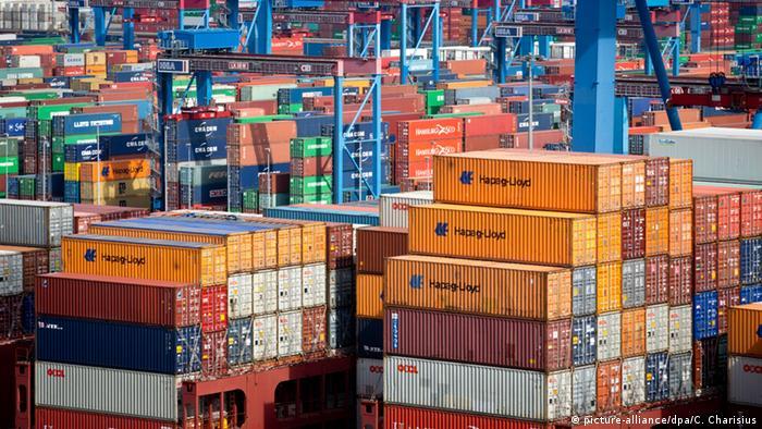 Контейнерный терминал с контейнерами фирмы Hapag-Lloyd