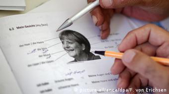 Меркель как учебный материал - беженцы изучают немецкий язык на примере портрета канцлера