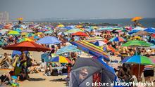 Strand mit vollen Menschen