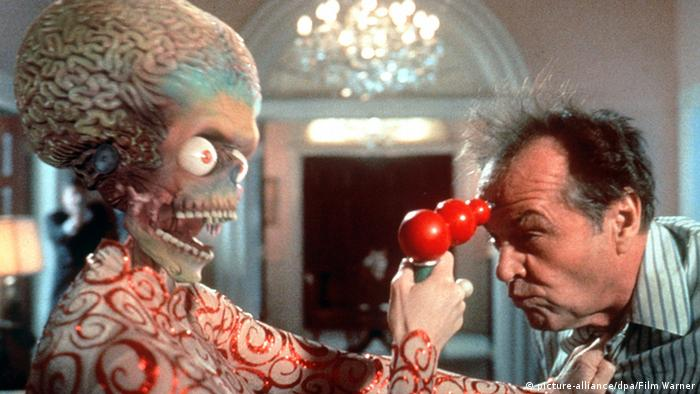 A bug-eyed alien holds a pistol to Jack Nicholson's head in Tim Burton's Mars Attacks! (picture-alliance/dpa/Film Warner)