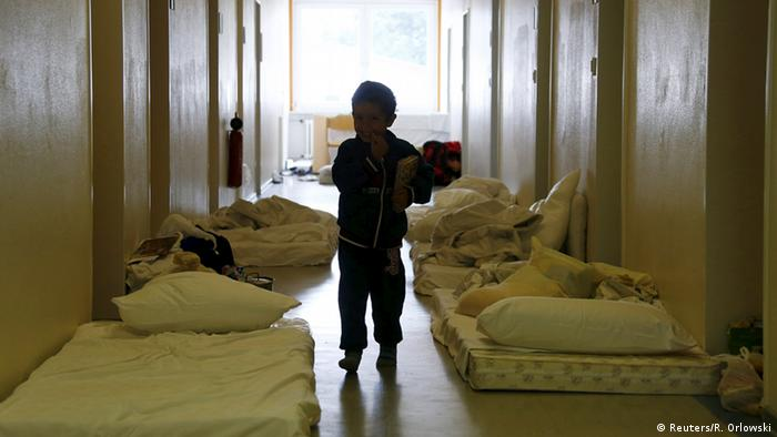 Deutschland De Maiziere besucht Flüchtlingslager in Friedland