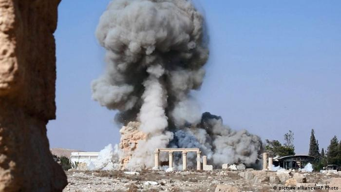 Smoke at the Baal Shamin temple in Palmyra, Syria, Copyright: picture alliance/AP Photo