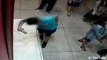 Screenshot Video Überwachungskamera Taiwan Junge stolpert und zerstört Gemälde von Paolo Porpora