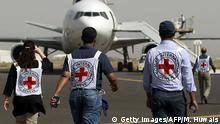 Bildunterschrift:Members of the International Committee of the Red Cross walk towards a plane loaded with Emergency medical aid after it landed at the international airport in Sanaa on April 11, 2015. AFP PHOTO / MOHAMMED HUWAIS (Photo credit should read MOHAMMED HUWAIS/AFP/Getty Images)