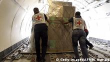 Bildunterschrift:Members of the International Committee of the Red Cross unload from a plane Emergency medical aid at the international airport in Sanaa on April 11, 2015. AFP PHOTO / MOHAMMED HUWAIS (Photo credit should read MOHAMMED HUWAIS/AFP/Getty Images)