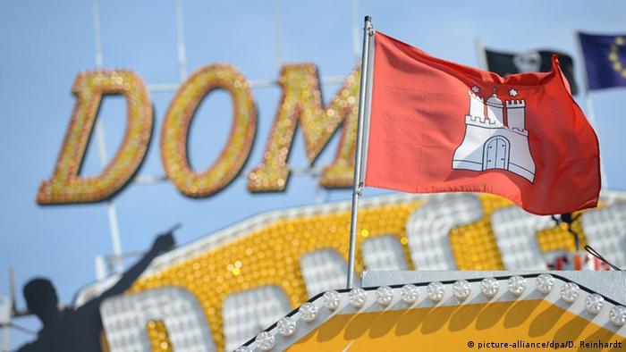 Аттракционы и флаг Гамбурга