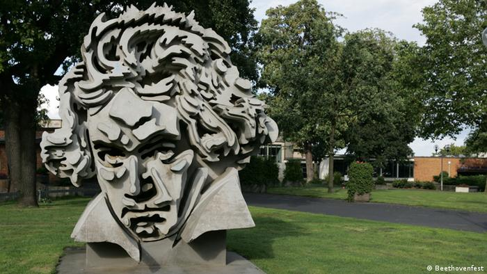 Statue of Ludwig van Beethoven in front of the Beethovenhalle in Bonn (Copyright: Beethovenfest)