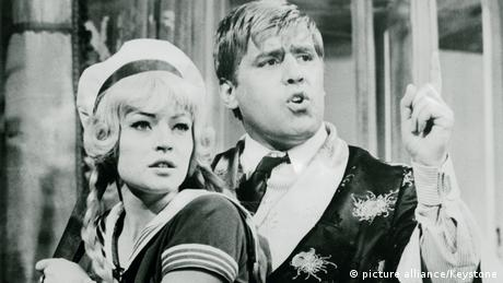 Mario Adorf in dem Film Ganovenehre neben einer Darstellerin (Karin Baal) mit erhobener Faust (Foto: (Foto: picture alliance Keystone)