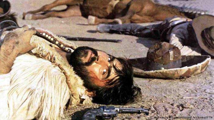 Film still, Mario Adorf in The Specialists: a bloodied man on the ground with a gun beside his head (1969) Copyright: picture alliance/United Archives/IFTN