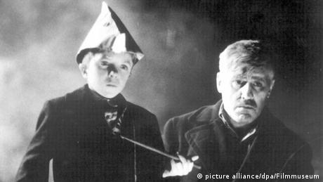 Mario Adorf neben dem kleinen Oscar Matzerath in dem Film Die Blechtrommel (Foto: picture alliance dpa Filmmuseum)
