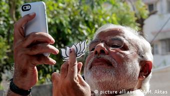 Indien Narendra Modi macht ein Selfie in Ahmedabad