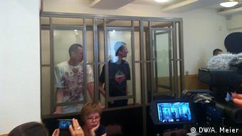 Суд у Ростові-на-Дону відправив Сенцова (ліворуч) на 20 років за ґрати. Кольченка (праворуч) засудили до десяти років позбавлення волі
