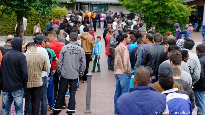 Беженцы в очереди на регистрацию