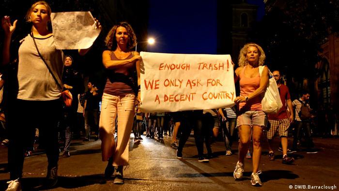 Menschen halten Plakat hoch Copyright: B. Barraclough