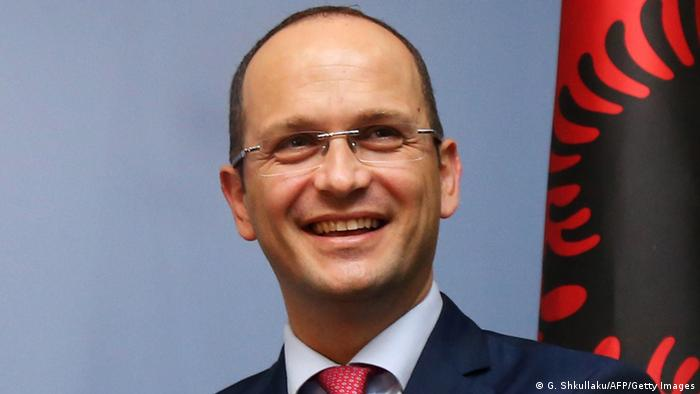 Albanien Außenminister Ditmir Bushati in Tirana (G. Shkullaku/AFP/Getty Images)