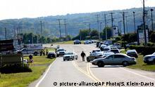 Vehículos de la policía bloquean el camino en la autopista Booker T. Washington en la plaza Bridgewater el miércoles 26 de agosto de 2015 en Moneta, Virginia luego de un tiroteo que costó la vida a un camarógrafo y una periodista. (Foto AP/Stephanie Klein-Davis/The Roanoke Times)
