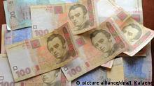 ARCHIV - Geldscheine der ukrainischen Währung Griwna, aufgenommen am 20.04.2012 in Kiew in der Ukraine. Die wirtschaftliche Zukunft der Ukraine hängt trotz neuer Milliardenhilfen weiter an einem dünnen Faden. Eine entscheidende Rolle beim Ringen um die Finanzen spielt ein US-Großinvestor, der über ein Drittel der internationalen Staatsanleihen hält. Foto: Jens Kalaene/dpa (zu dpa 0093 vom 19.03.2015) +++(c) dpa - Bildfunk+++