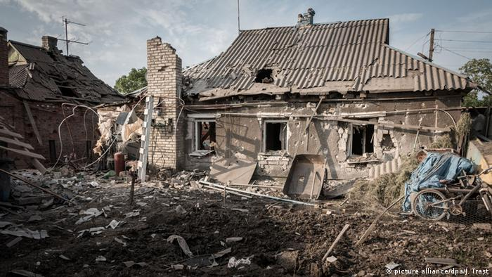 Наслідки обстрілів на Донбасі (фото з архіву)