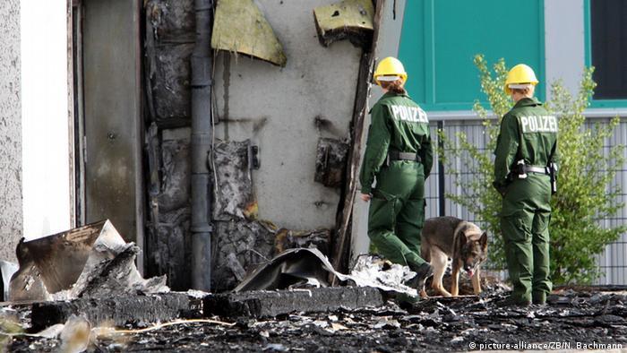 Spürhunde zur Brandaufklärung in Nauen (picture-alliance/ZB/N. Bachmann)