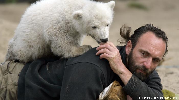 Eisbärbaby Knut mit seinem Pfleger Thomas Dörflein Zoo Berlin ACHTUNG SPERRFRIST BIS 15 Uhr