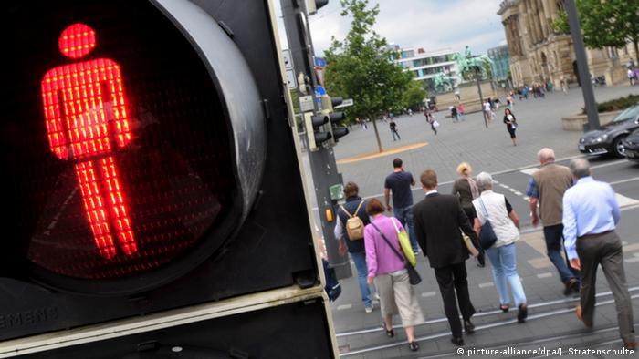 Deutschland Fußgänger gehen bei rot über eine Ampel (Symbolbild) (picture-alliance/dpa/J. Stratenschulte)