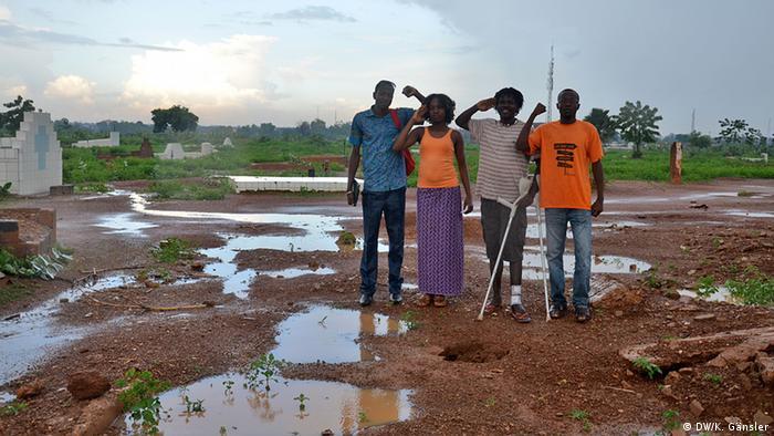 Burkina Faso Begeisterung für den Revolutionär: junge Burkinabé am bisherigen Grab Sankaras in Ouagadougou Foto: Katrin Gänsler