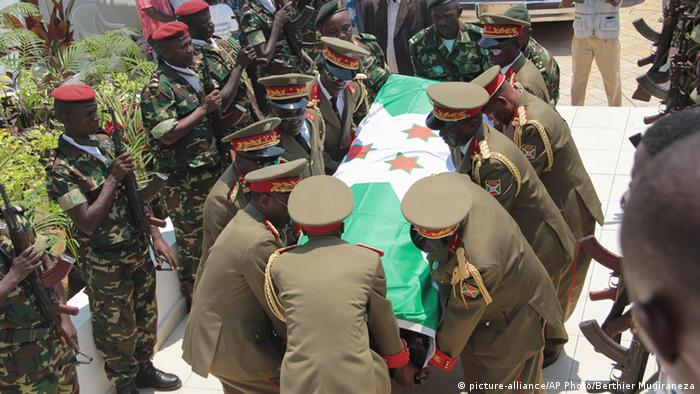 Burundi Adolphe Nshimirimana Sarg Beisetzung Trauerfeier (picture-alliance/AP Photo/Berthier Mugiraneza)