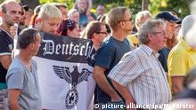 """""""Besorgte Bürger"""" demonstrieren im August 2015 mit Neonazis gegen ein Flüchtlingsheim im sächsischen Heidenau"""