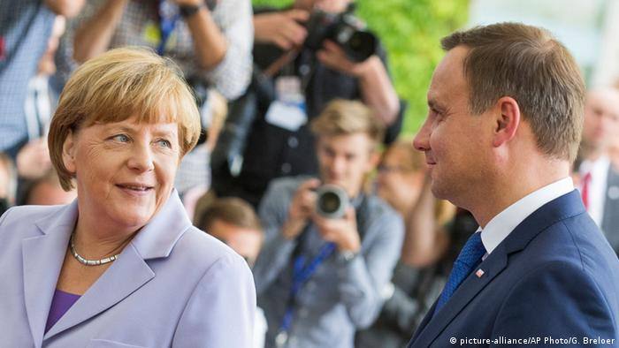 Berlin Merkel und Duda (picture-alliance/AP Photo/G. Breloer)