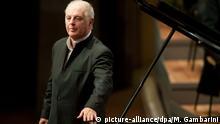 ARCHIV - Der Dirigent und Pianist Daniel Barenboim verbeugt sich am 15.11.2012 in Berlin nach seinem Geburtstagskonzert. Foto: Maurizio Gambarini/dpa (zu dpa Barenboim bestätigt Konzertpläne in Teheran vom 27.08.2015) +++(c) dpa - Bildfunk+++