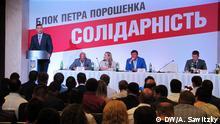 Bildbeschreibungen: In Kiew fand der Vereinigungsparteitag zweier regierenden Parteien - Peter-Poroschenko-Block und UDAR von Vitaly Klitschko statt. Die neue politische Kraft unter dem Namen Solidarnostj stellt jetzt gemeinsame Kandidatenliste bei den bevorstehenden Kommunalwahlen auf. Die Fotos wurden von unserer Korrespondent in Kiew Alexander Sawitzky gemacht, also - DW-Copyright. Vitaly Klitschko spricht zu den Delegierten des Vereinigungsparteitages in Kiew.