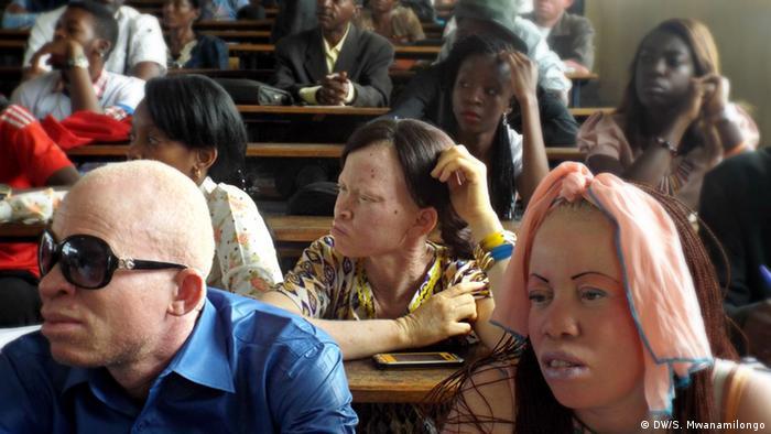 Teilnehmer sitzen im Publikum des Albino-Festivals, Foto: Saleh Mwanamilongo