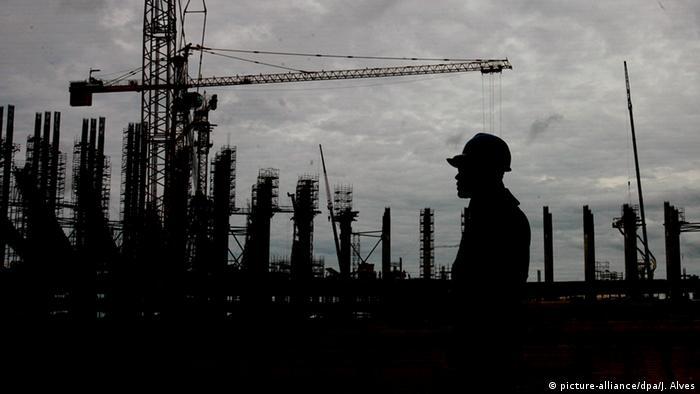 Рабочий на строительстве стадиона в Бразилии