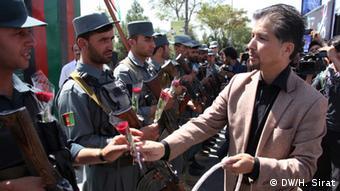 راهپیمایان به پولیس ها دستههای گل هدیه نمودند