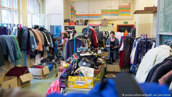 Freiwillige Helfer arbeiten in der Kleiderkammer in einer Flüchtlingsunterkunft in Berlin Foto: picture-alliance/dpa/B. von Jutrczenka