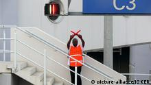 Einwinker am Flughafen Abuja, Nigeria, 12.01.2006.