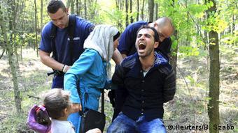 Wahamiaji wa Syria baada ya kuvuka kuingia Hungary kutoka mpaka wa Serbiá.