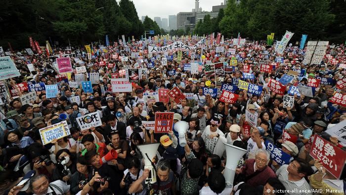 Japan Tokio Proteste gegen die Sicherheitspolitik von Premierminsiter Shinzo Abe