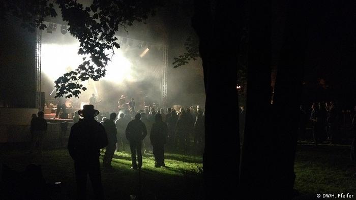 Forstrock gegen Rechts: Zwei Tage im Jahr kommen mehrere Hundert Freunde und Unterstützer der Lohmeyers nach Jamel (Foto: DW)