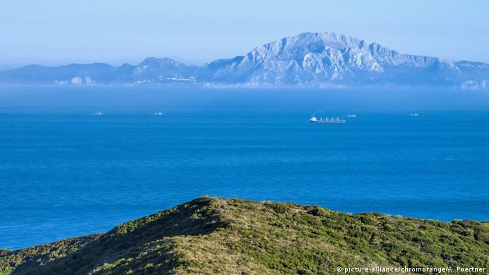 Spanien Blick über die Straße von Gibraltar nach Marokko