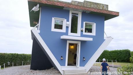 Ein Haus steht auf dem Kopf (picture-alliance/dpa/S.Sauer)