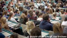 ARCHIV - Studenten des ersten Semesters sitzen am 15.04.2015 bei der Begrüßung in einem Hörsaal der Johannes Gutenberg-Universität in Mainz (Rheinland-Pfalz). Das Deutsche Studentenwerk (DSW) hat die Regierung zu einer automatischen und damit verlässlichen Erhöhung der Bafög-Sätze aufgerufen. Foto: Fredrik von Erichsen/dpa (zu dpa Studentenwerk: Bafög-Plus endlich an Preiserhöhungen koppeln vom 30.07.2015) +++(c) dpa - Bildfunk+++