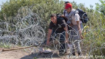 Ungarn Flüchtlinge am Grenzzaun zu Serbien