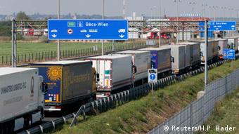 Österreich verstärkt Grenzkontrollen bei Einreiseverkehr aus Ungarn Stau auf Autobahn